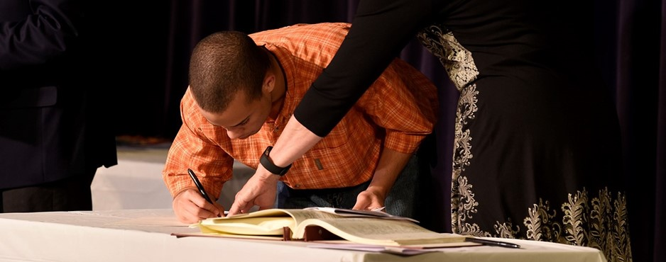 Billy Jackson signs the Scholastic Recognition Awards book.